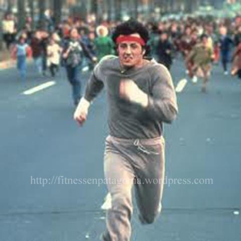 Mm... en esta foto me queda la duda si a Rocky lo vienen acompañando o lo están corriendo. Esta foto es de los 70´s... pero me pareció muy buena como para dejarla afuera